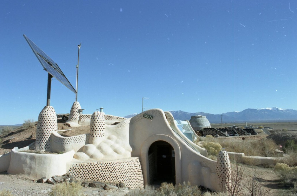 Later earthships were primarly constructed from tyres and rammed earth... (Photo: Oliver Croy)