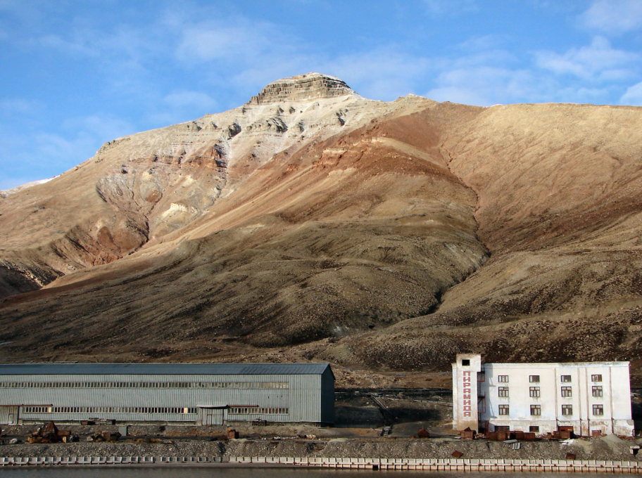 Mining infrastructure of Pyramiden at the foot of the mountain from which the settlement takes its name. (Photo: Bjørn Christian Tørrissen, CC BY-SA 3.0)