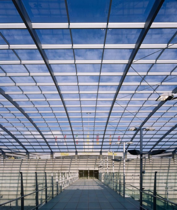 Werner Sobek Stuttgart engineered the load-bearing structure of the 156x38-metre barrel-shaped steel and glass roof. (Photo: H.G.Esch, courtesy Werner Sobek)   &