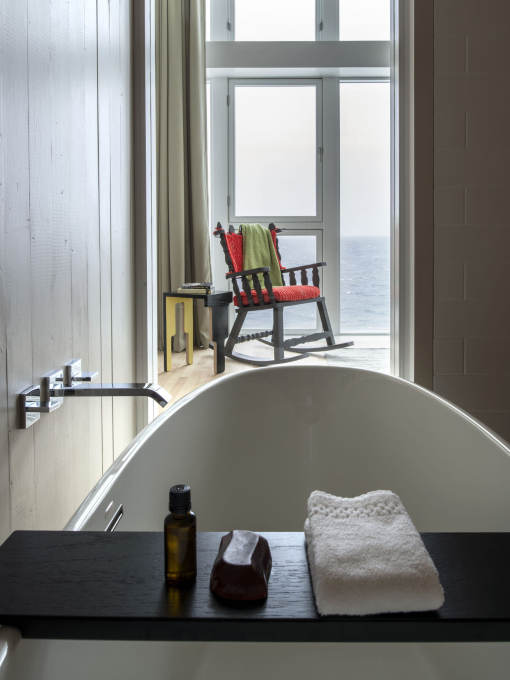 Bathroom, bedroom, sea. (Photo: Alex Fradkin)