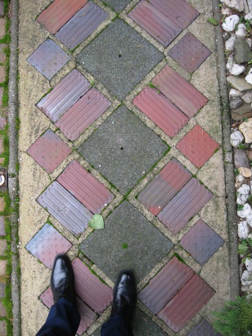 The author walks on holy ground, eg: the tiling in the garden. (Photo, – and shoes: Oliver Elser)