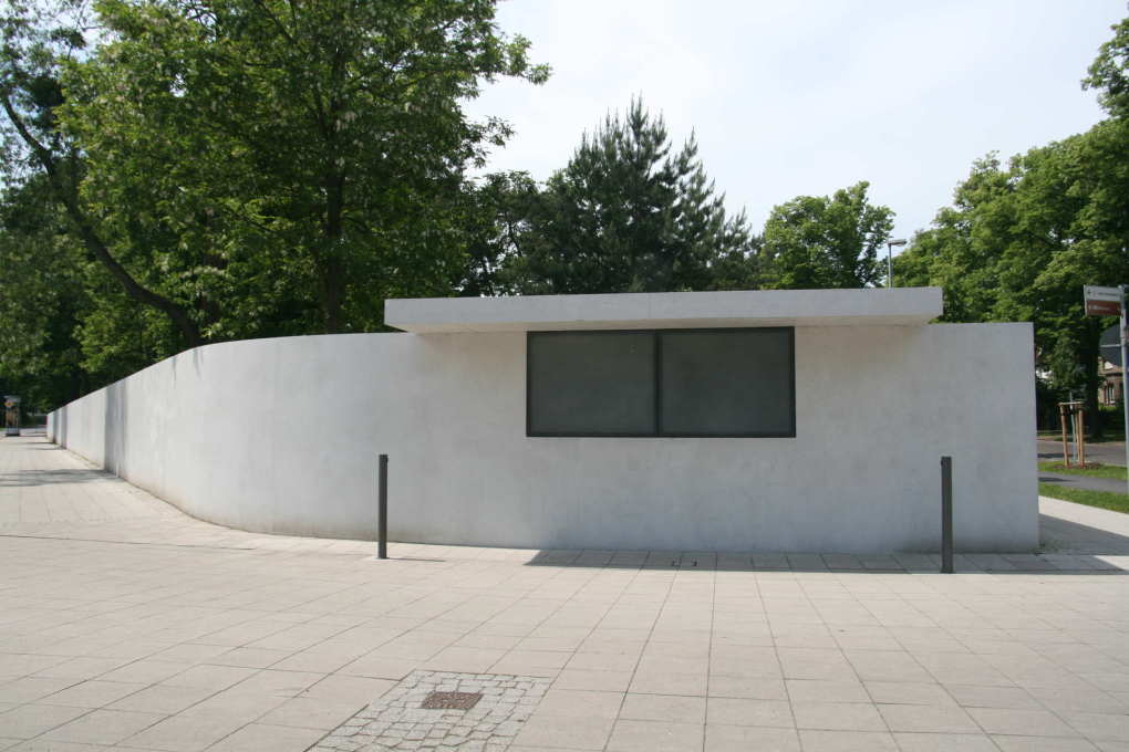 The most contrversy in Dessau is about the reconstruction of Gropius' garden wall including the kiosk for non-alcoholic drinks inserted by Mies van der Rohe in 1932... (Photo: Lena Böhnlein / Stiftung Bauhaus Dessau)