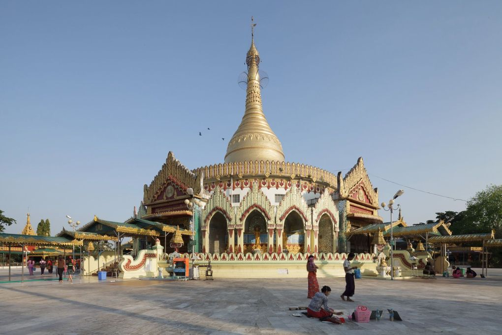 The Kaba Aye Pagoda (World Peace Pagoda) has modest dimensions, especially when compared to the Yangon's iconic Shwedagon Pagoda, whose stupa is 100 metres high.