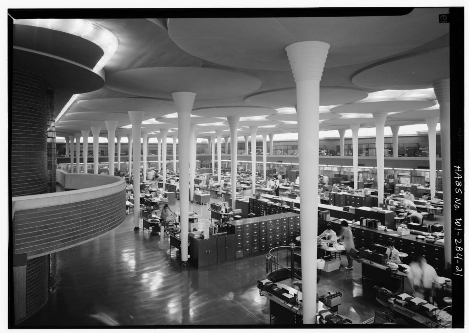 The Great Workroom with dendriform concrete columns. Each is 23 cm wide at its base but fans out to 5.5 metres with edges almost touching at the skylight ceiling two stories above. (Courtesy of the Library of Congress)