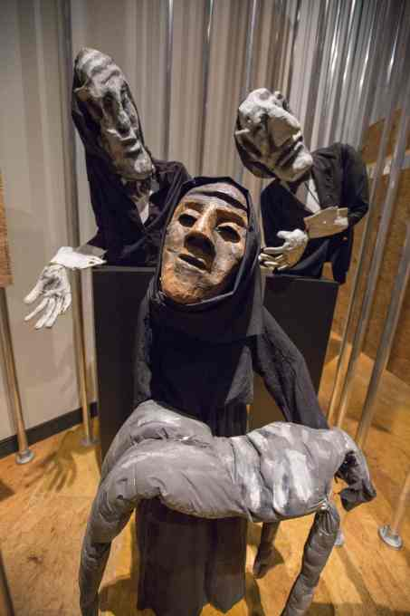Black-clad puppets, representing Iraqi women, carrying a corpse, follwed by white-gloved businessmen: used frequently by the Bread and Puppet theatre company since 1991, in protest against the Iraq war. (Photo © Victoria and Albert Museum)