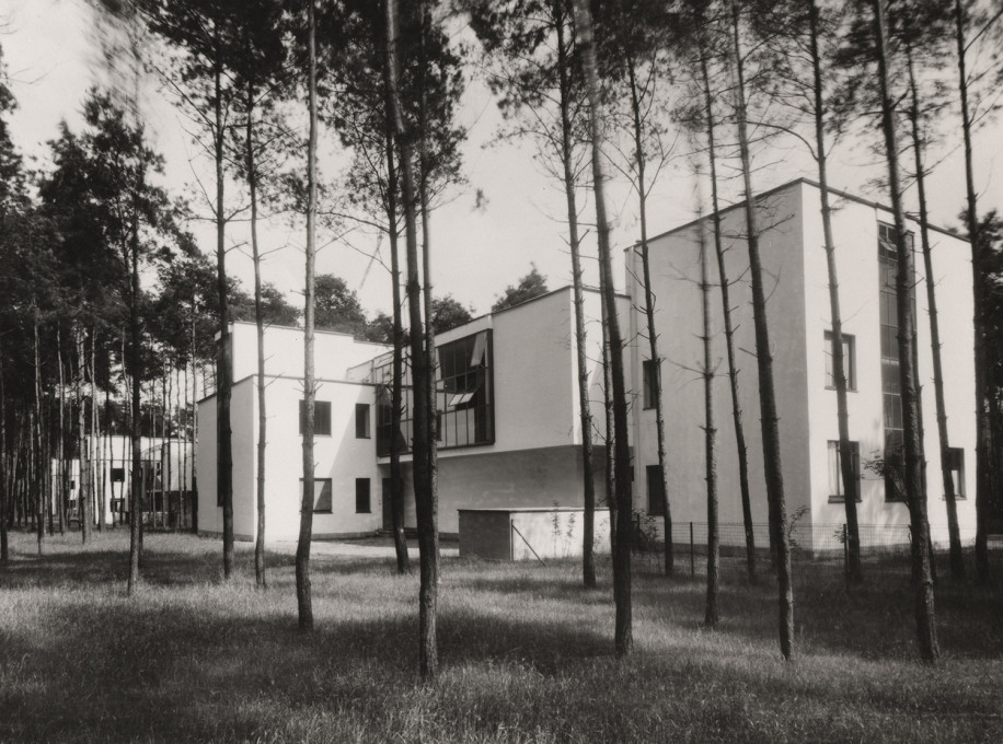 It looks idyllic, yet this light, white, flat-roofed modernism was a provocation in 1920s Dessau. In the foreground the houses of Kandinsky and Klee. (Photo: Lucia Moholy-Nagy, 1927, © Bauhaus-Archiv Berlin / VG Bild-Kunst)