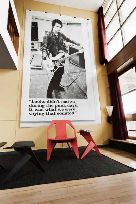 A punk fanzine image of Johnny Rotten, plastered on the wall of the double-height living space above a MEDICI chair, footstool and side table. (Photo: Philippe Savoir / Fondation Le Corbusier / ADAGP, Paris, 2013)