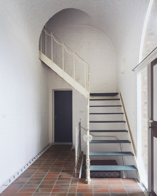 Entrance hall with steel staircase to the upper floor, which originally served as Wilhelm Nagel's showroom. (Photo: Lukas Roth)