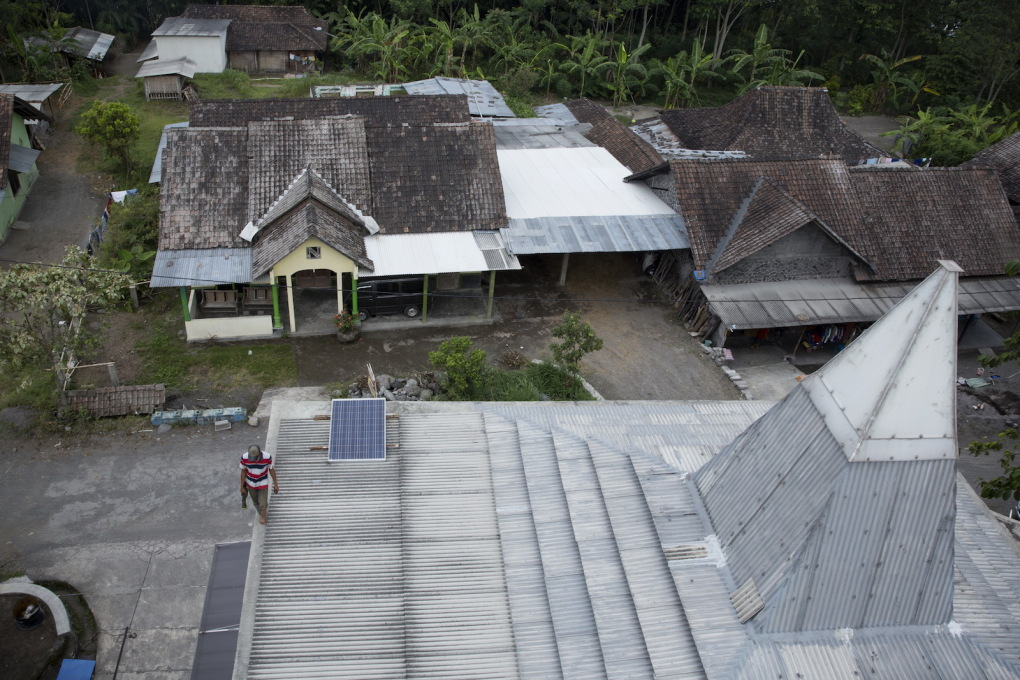 The form of the roof is an interpretation of the vernacular Indonesian stacked pendopo roof, here made of metal sheet panels rather than traditional timber and tiles: an idea which was presented to the Kopeng villagers in August 2011 and won their appr