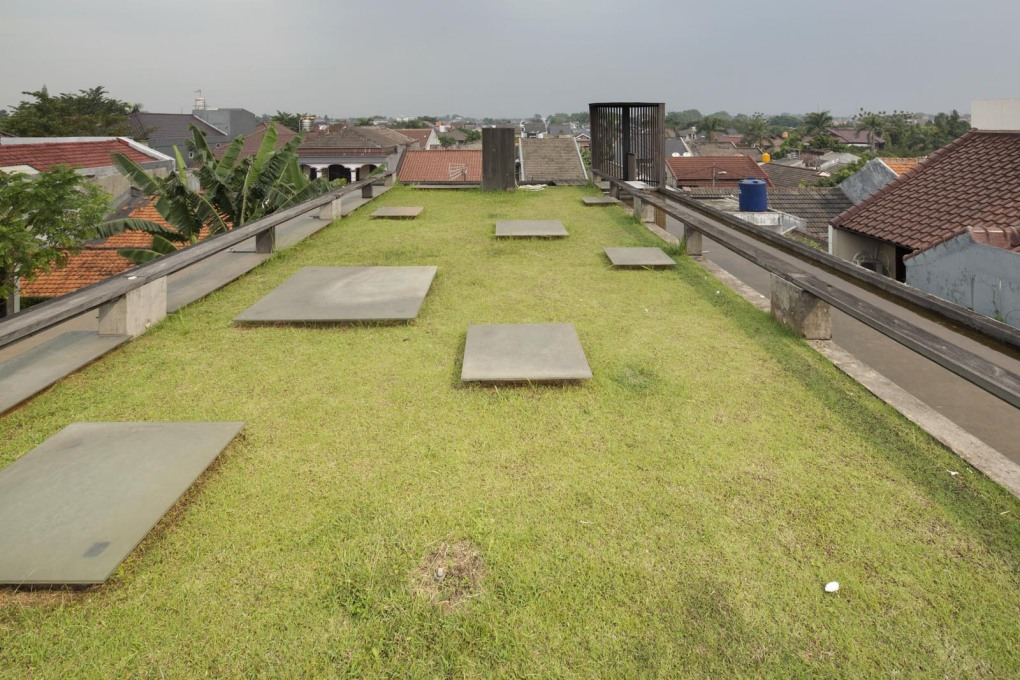 On top is an accessible grass-covered roof with extensive views out over the city.