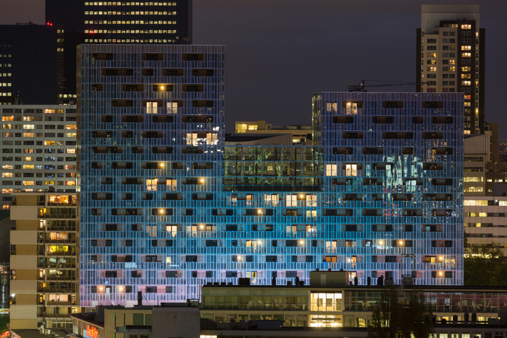 At night the apartments and loggias become visible behind the glass 'curtain'. (Photo: Ossip van Duivenbode)