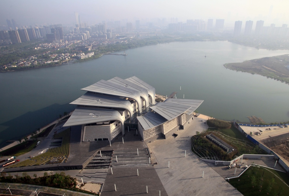 The theater′s striking shape resembles a flower, an elephant ear' a pair of lovers, or a duck′s foot - depending on who you talk to. (Photo: Pan Weijun © PES-Architects)