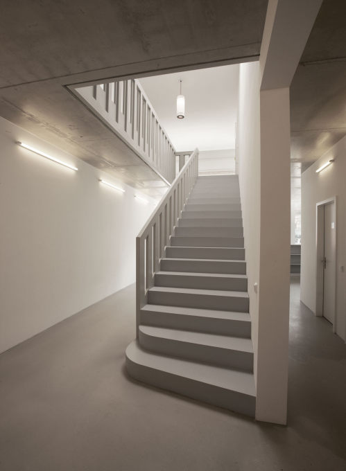 An architectural game of illusion: was the grey wooden staircase already there or added later? It looks old and new at the same time... (Photo: Stefan Maria Rother).