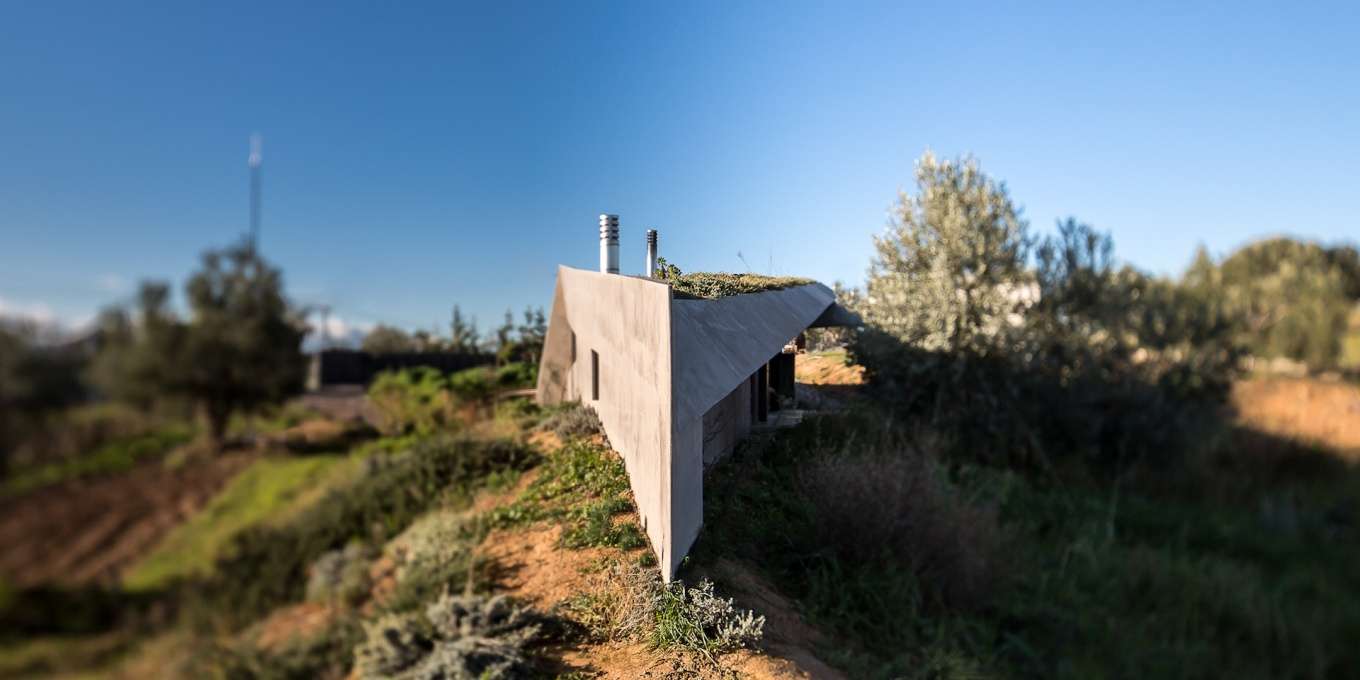 The attenuated rhomboid-shape of the house ends in a ship-like prow towards the sea. (Photo: Filippo Poli)
