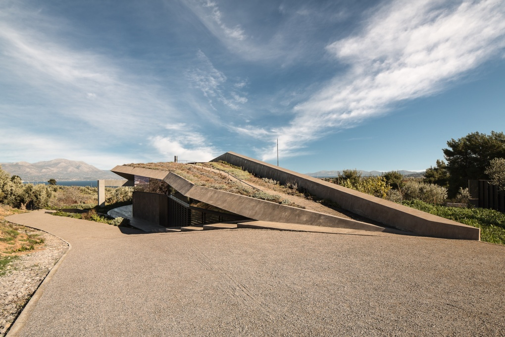 The house's roof appears as an out-crop from the hill-side, covered in wild herbs. (Photo: Filippo Poli)