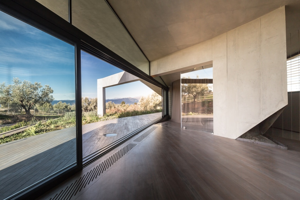 Enormous strip windows elide the separation between inside and outside. (Photo: Filippo Poli)