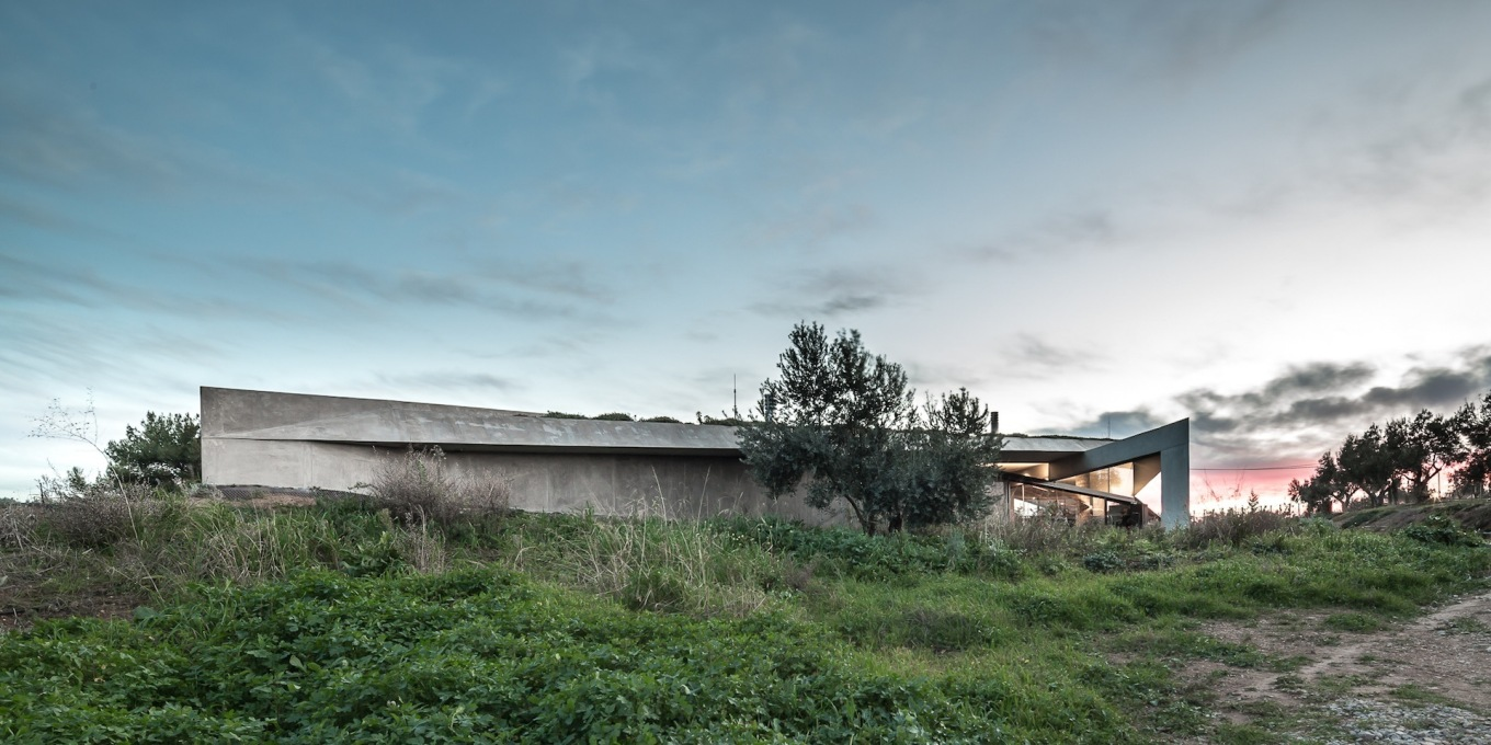 The house merges in the twilight with its surroundings. (Photo: Filippo Poli)
