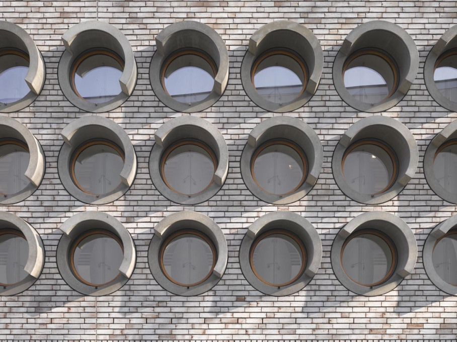 Curved strips of concrete shelter the round windows that back onto the stage of the main hall. These windows can be closed by internal wooden shutters, meaning the stage can be daylit or not as required.