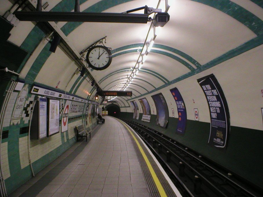 The circular shape of the Tube is clear, once one reaches the platform level at Russell Square. (Photo: GTD Aquitaine)