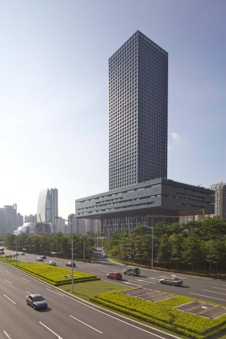 The building sits along the main east-west traffic axis. (Photo: Philippe Ruault, courtesy OMA)