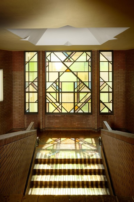 One of the stained glass windows with De Stijl references. (Photo: Klaus Peter Hoppe, © Infraserv Höchst GmbH & Co. KG)
