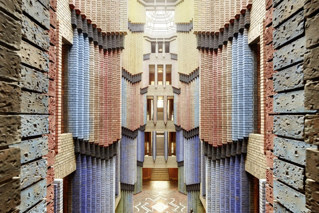 Main entrance hall detail. The whole office building is an expressionist hymn to brick and the bricklayer's craft. (Photo: Klaus Peter Hoppe, © Infraserv Höchst GmbH & Co. KG)