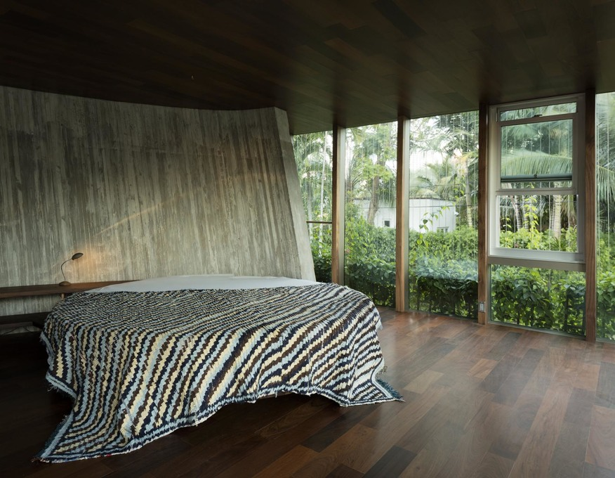 Inside, the house's curved motif is picked up in a circular bed. (Photo: Todd Eberle)