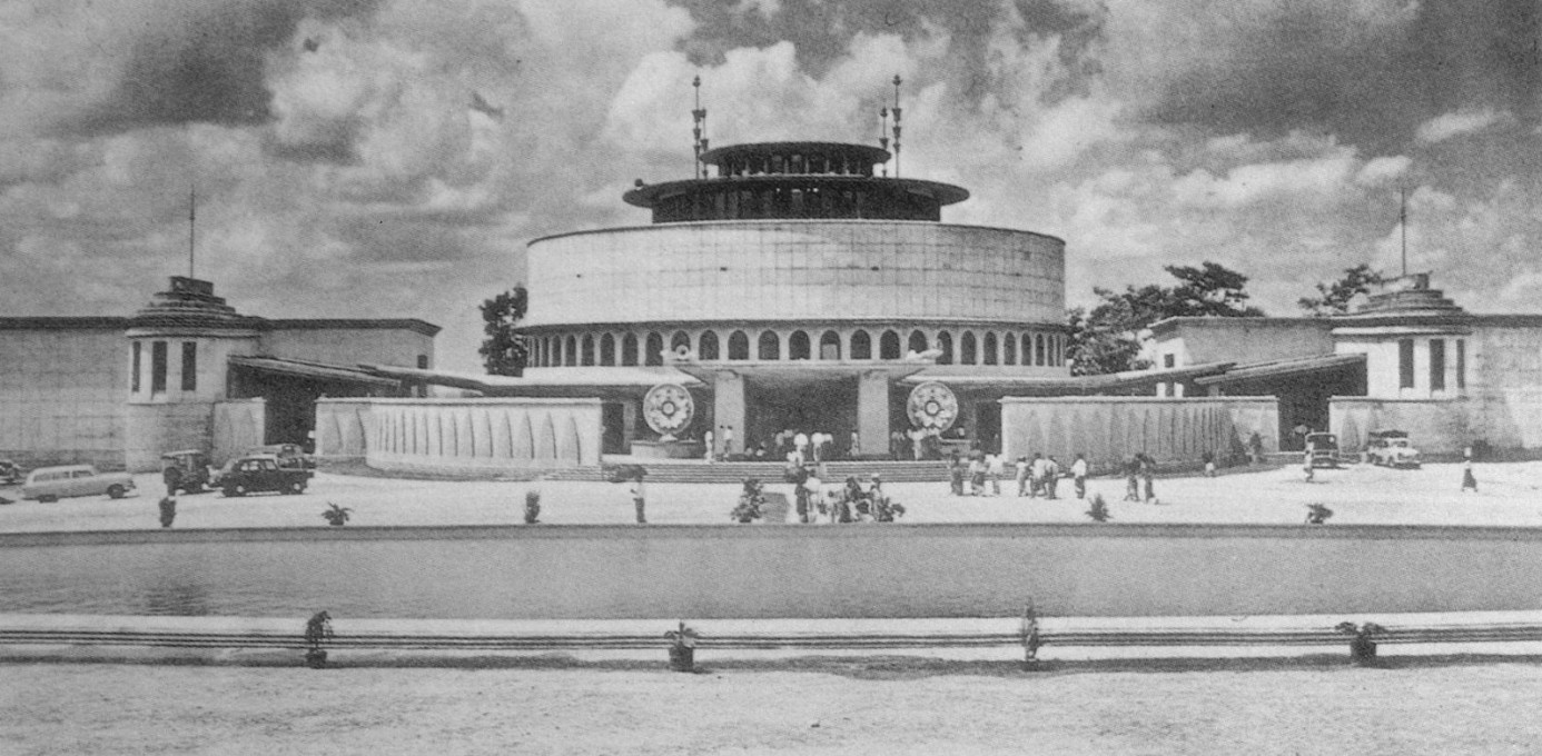 The front of Tripitaka Library, shortly after its opening in the early 1960s. The landscaped garden, centred around the artificial lake, give the building a more stately impression than today. (Archival photos © Abhinav Publications)