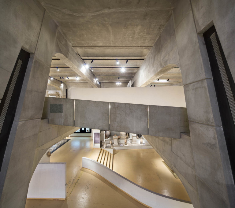 The sloping ramp, which winds from the central pillars, gives views into the exhibition rooms from different angles.