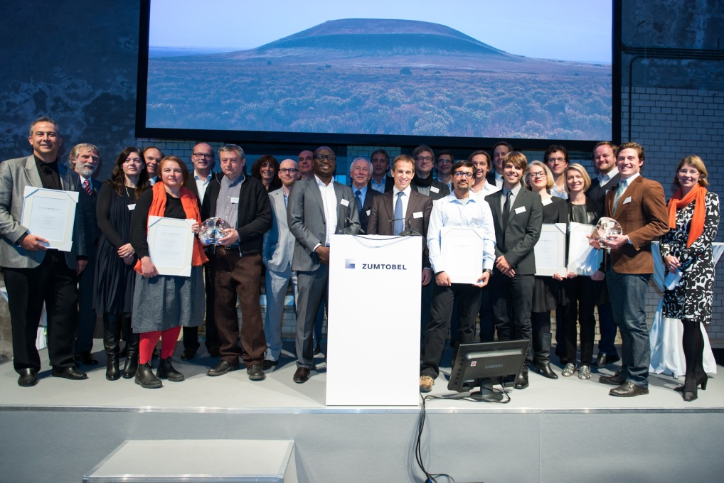 All award winners and jury group members at the award ceremony at E-Werk in Berlin. (© Zumtobel)