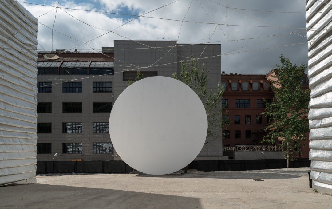 The most graphic element of this pop-up space is the nine metres high moon-like disc.