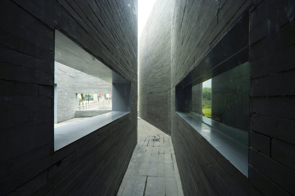 Stone Courtyard Teahouse, Chengdu, (2007): a passage between courtyards. (All photos: Chen Su, © standardarchitecture)