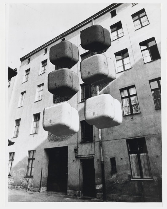 "Another famous invention of Kohlmaier/von Sartory were the ""backpack toilets""... (Image: Kohlmaier/von Sartory © Berlinische Galerie)"