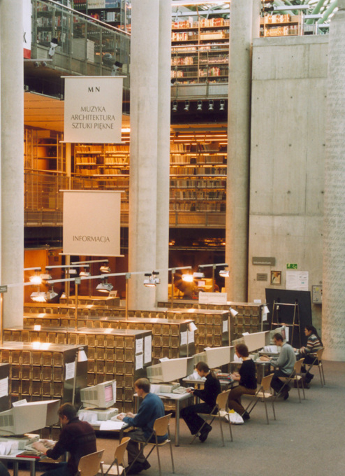 Students at work in the main reading room with the libray's stacks in the background. (Photo courtesy Partnerzy Marek Budzy?ski)