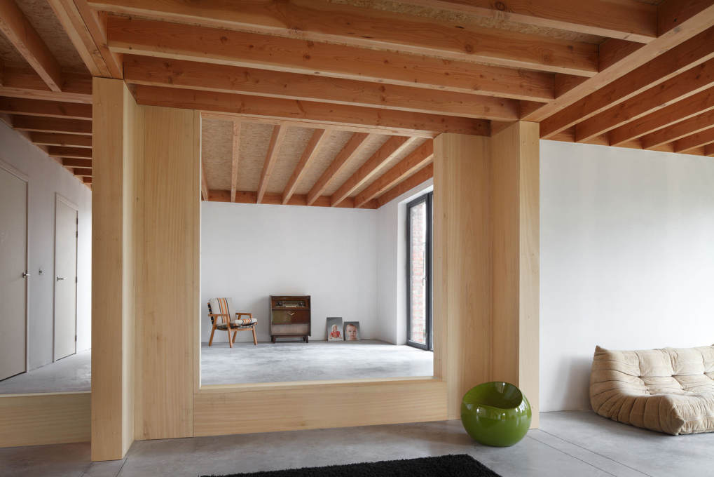 A robust outer shell accommodates and buffers an adaptable wooden interior: here the most elevated part of the ground floor can be closed off and used as a separate office space.