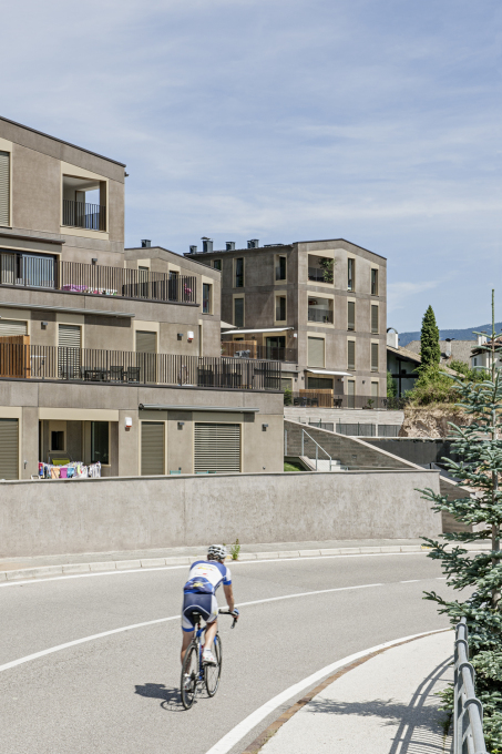 The tones of the prefabricated concrete walls of the housing complex reference the colours of the South Tyrol landscape in which Eppan is located.