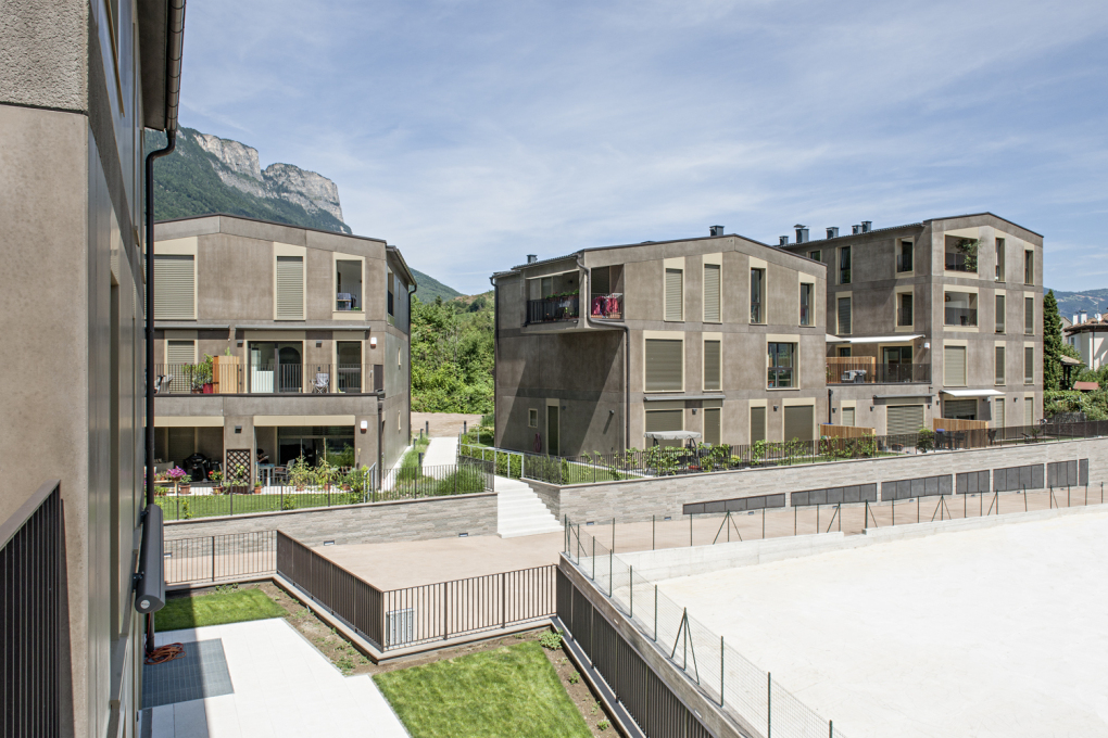 The houses of the Eppan housing complex surround an inner courtyard modelled on a traditional village green.