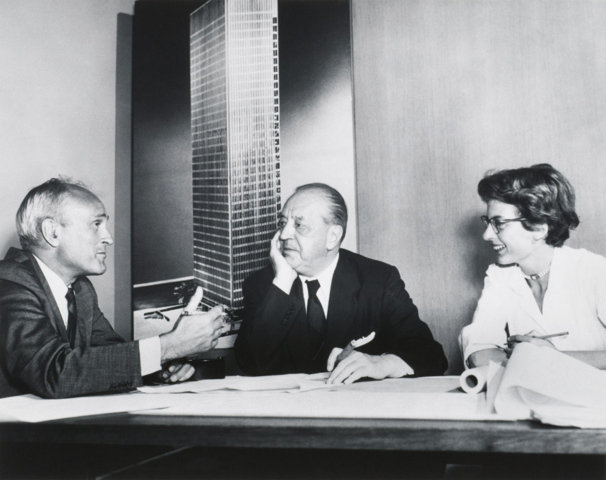 Philip Johnson, Ludwig Mies van der Rohe, and Phyllis Lambert, New York, 1955. (Photographer unknown. Image courtesy: Fonds Phyllis Lambert, Canadian Centre for Architecture, Montreal. © United Press International)
