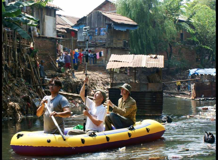 Three men in a boat: Professor Jörg Rekittke and two students on the Ciliwung River in Jakarta, Java, during a research trip, mapping and investigating urban settlement patterns. (Photo: Jörg Rekittke/NUS)