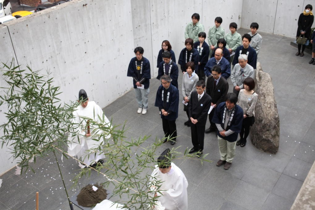The roof-top Shinto ground-breaking ceremony of the Hanem Hut on March 30, 2013. (Photo: The Story Production: Fukashi Setoyama, Yosuke Nakagawa)