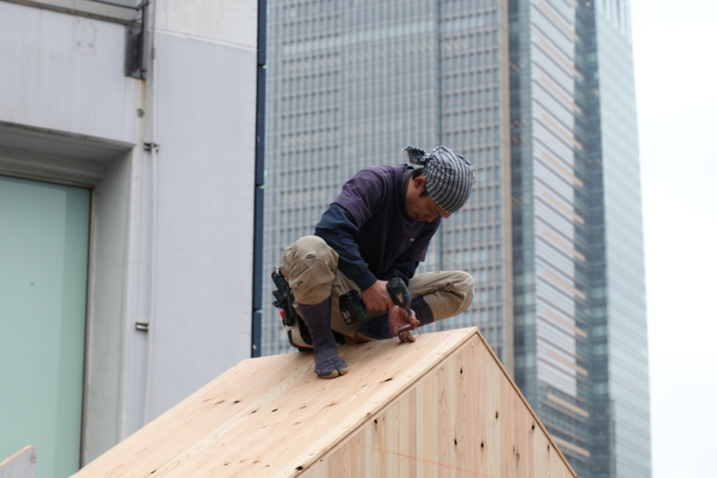 A carpenter finishes off the roof of Hanem Hut, which was constructed over three days. (Photo: The Story Production: Fukashi Setoyama, Yosuke Nakagawa)