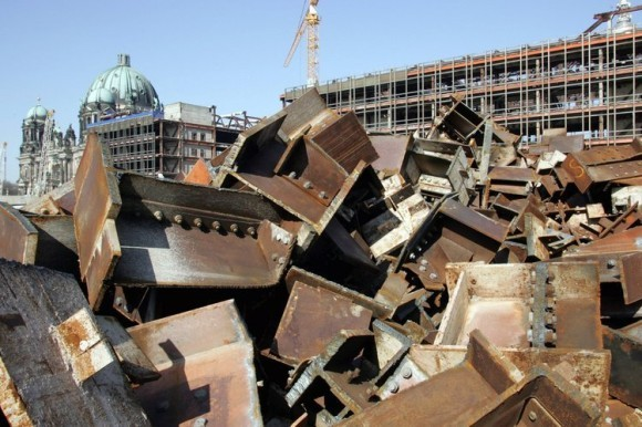 Pile of steel in front of the Palast der Republik during demolition, 2007 (Photo: DDP)