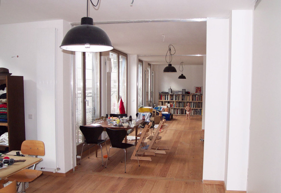 Wohnetagen Steinstrasse interior, showing its robust finishes and adaptable spaces, 2004. (Photo: carpaneto.schöningh architects)